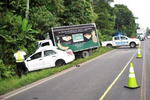 El camión y el vehículo quedaron estampados a un lado de la carretera tras la mortal colisión