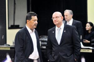 Resignación. Víctor Morales Zapata, el hombre de confianza del Presidente conversa con Mora, previo a conocer los resultados
