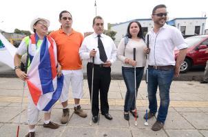 Un grupo de ciegos se manifestó contra el ente rector en discapacidad visual