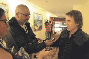 Raphael ayer compartió algunos minutos con El Periódico de más venta en el país y La Prensa Libre
