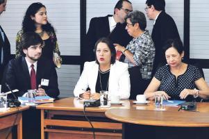 El director del FIA Inti Picado, la viceministra de la Presidencia, Ana Gabriel Zúñiga, y la exministra de Cultura, Elizabeth Fonseca, comparecieron ante la Comisión de Ingreso y Gasto Público