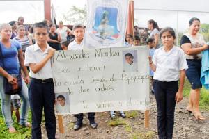 En las calles de San José de Upala los niños salieron con carteles para despedir a su amigo
