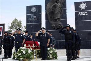 Continúan recogiendo evidencias en rancho mexicano donde murieron 43 personas Fotografía cedida por la Comisión Nacional de Seguridad donde se ven integrantes de la Policía Federal durante un homenaje