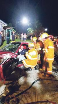 Bomberos trabajaron varios minutos en extraer entre las latas retorcidas a los ocupantes del vehículo que chocó