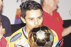 Alexander Larín festejó con todo su primer título en Costa Rica