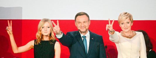 El candidato presidencial Andrzej Duda con su esposa Agata Kornhauser - Duda  y su hija Kinga Duda. (Foto: EFE)