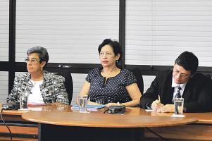 Olivier Pérez y Margarita Bolaños, exjerarca y presidenta del PAC, respectivamente, acompañaron a la exministra Elizabeth Fonseca a comparecer