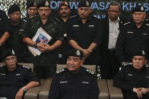 El inspector general de la Policía, Khalid Abu Bakar (centro, sentado), ofrece una rueda de prensa sobre los campos clandestinos de inmigrantes encontrados cerca de la frontera con Tailandia en Malasi