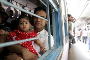Pasajeros indios abarrotan el bagón de un tren en una jornada en la que las temperaturas alcanzaron los 40 grados en Calcuta (India) hoy