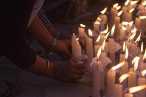 Varias personas participan portando velas en una vigilia en memoria del terremoto que asoló Nepal hace un mes, en Bhrikutimandap, Katmandú, Nepal