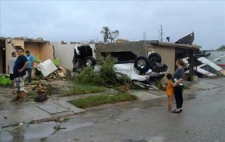 Residentes observan los daños ocasionados por un tornado hoy, lunes 25 de mayo de 2015, en la madrugada en Ciudad Acuña, norte de México