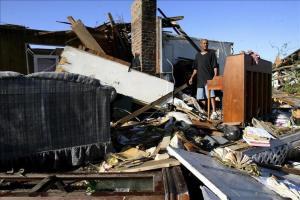 Suben a 6 los muertos por tormentas en el sur de EE.UU., 10 siguen desaparecidos Texas se ha visto gravemente afectado en las últimas horas por tornados, tormentas e inundaciones que han forzado la ev