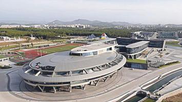 La nave Enterprise, con su característica forma de disco propulsado por cohetes traseros