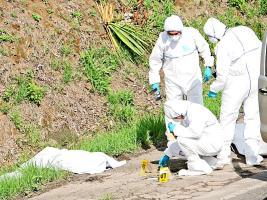 A un lado de la carretera que lleva a Naranjo dejaron el cadáver de Carrillo, mientras la policía recolecta evidencia