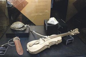 """""""Violín"""" es una pieza de Térraba. Lo acompañan un instrumento de concha de tortuga y sonajeros"""