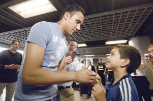 Keylor Navas firmó autógrafos a su llegada al Aeropuerto Juan Santamaría