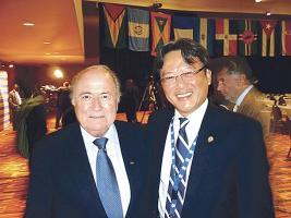 En los últimos años Eduardo Li se fue ganando el afecto y la confianza del presidente de la FIFA Joseph Blatter