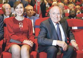 Joseph Blatter inauguró ayer el congreso de la FIFA en medio de bailes y una presentación musical. Aquí lo acompaña su novia Linda Gabrielian. (Foto: EFE)