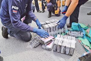 Agentes de la Policía de Control de Droga contaron los paquetes, que venían sellados con plástico