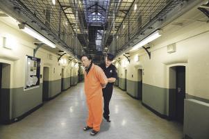 Pasillo del MDC en Brooklyn-NY, centro penal donde tienen lista la celda de Eduardo Li. (Fotomontaje: Andrés Badilla)