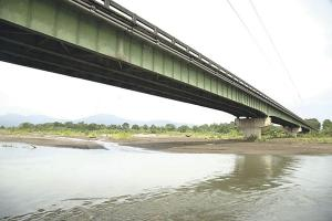 El MOPT asegura que no hay problemas con las bases del puente sobre el río Chirripó, el desgaste estructural es producto de la falta de mantenimiento