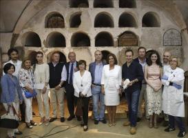 Los restos de Cervantes tendrán un lugar destacado en las Trinitarias de Madrid La alcaldesa de Madrid, Ana Botella (6d), y el delegado madrileño de Las Artes, Pedro Corral (6i), junto a algunos de lo