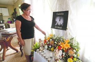 Doña María mantiene el altar del novenario de