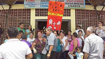 En su recorrido como nuevo pastor de la Zona Atlántica, monseñor Román llegó a Guácimo, donde los fieles lo recibieron con aplausos y saludos. (Foto: Conferencia Episcopal)