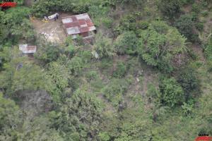 Imágenes de nuestro fotógrafo David Barrantes desde el helicóptero de Vigilancia Aérea q hace minutos sobrevoló la zona donde 3 personas fueron encontradas entre un cafetal y las márgenes del río