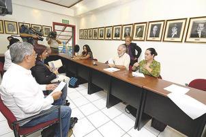 Denis Meléndez, Alejandra Mata y María Gabriela Sancho  del Consejo de Salarios escucharon las propuestas de los trabajadores