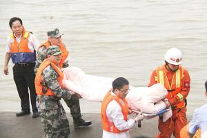 Los cuerpos de rescate sacaron algunos cadáveres del agua