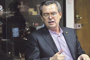 Édgar Gutiérrez, jerarca del Minae, dijo que ante la afectación que tendrá el país por el cambio climático es necesario buscar distintas fuentes de generación eléctrica ante la escasez del agua en Cos