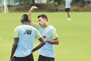 Geancarlo González dijo que le quedan tres años de contrato con el Palermo y de momento lo que se escucha de su futuro son rumores. En la gráfica habla con Keyner Brown. (Foto: Herbert Arley)