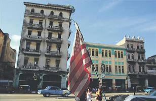 Una bandera de Estados Unidos ondea en un bicitaxi, en La Habana, Cuba. EFE