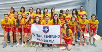 Las chicas del equipo del fútbol