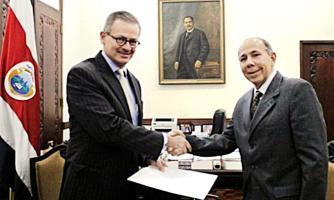 Ayer Danilo Sánchez presentó al canciller Manuel González sus credenciales como embajador de Cuba en nuestro país