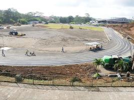 Los encargados de la construcción de la pista de atletismo procedían ayer a la demarcación de los carriles y la colocación del césped en la cancha