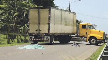 La víctima quedó a pocos metros del camión junto a su bicicleta