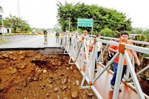 Decenas de vecinos utilizan un puente provisional para llegar a sus destinos en Guápiles