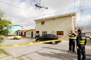 Por tierra y aire los oficiales de la Fuerza Pública y el OIJ atendieron la alerta por la detención de dos hombres y un tercero que permaneció atrincherado, todos sospechosos de robar un carro