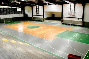 """Así luce actualmente el gimnasio del Liceo Rodrigo Hernández, apodado en su momento """"el canasto"""" por la presión que metía la gente a favor del quinteto de Barva"""