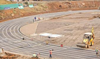 La pista de atletismo del Polideportivo de Ciudad Quesada recibía ayer algunos detalles para estar lista para los Juegos Nacionales. (Foto: Icoder)