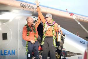 El piloto suizo André Borschberg y su copiloto Bertrand Piccar pasaron cinco días sobre el océano Pacífico en una nave propulsada por energía solar