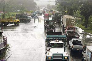 Largas filas de vagonetas y camiones se apoderaron de la ruta 32