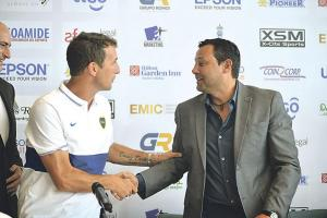 """Jeaustin Campos y """"El Vasco"""" se estrecharon las manos luego de la conferencia y se desearon suerte para el partido de hoy. (Foto: Mauricio Aguilar)"""