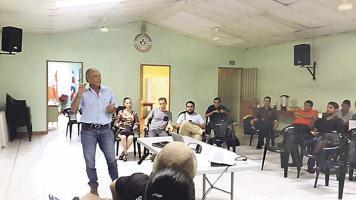 Ayer en Pérez Zeledón, Renato Alvarado se reunió con pequeños y medianos porcicultores, quienes en medio de la angustia por los problemas que enfrenta el sector no descartan nuevas medidas de presión