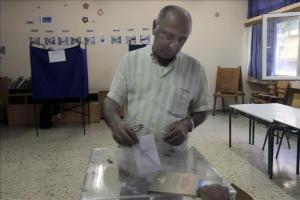 El referéndum griego se desarrolla con normalidad y sin contratiempos Un ciudadano girego deposita su voto en un colegio electoral hoy en Atenas. EFE
