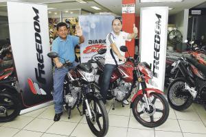 Los ganadores no lo pensaron mucho y se montaron en sus motos Freedom. (Foto: Randall Sandoval)