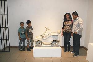 Luis Ibarra, Roxana García y los niños  Jean Ibarra y Gueycol Ibarra disfrutaron los juguetes antiguos que se exhiben  en el Museo de los Niños