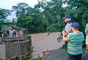El jerarca de la CNE observa uno de los puentes dañados por las recientes inundaciones en Sarapiquí, Turrialba y Limón